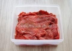 Посолите и поперчите мясо с двух сторон, сложите в емкость, оставьте на ночь в холодильнике или на час при комнатной температуре