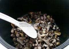 Вареные грибы обжарить в режиме Жарка 5-7 минут на растительном масле