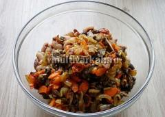 В глубокую миску выложить жареные грибы, морковь, лук и отваренную фасоль