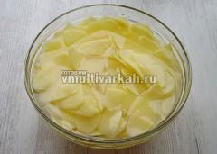 Промывать картошку в холодной воде 7-10 раз