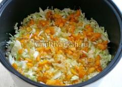 Затем оставшуюся капусту и обжаренные овощи