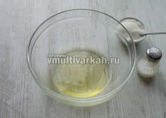 Отделить белки от желтков, в белки всыпать щепотку соли