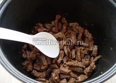 Влить еще немного масла и обжарить мясо