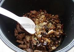 Соединить мясо с грибами и луком, режим Жарка не выключать
