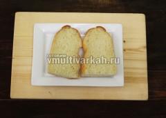 Разрезаем батон на 4 части, из которых получится 2 сэндвича
